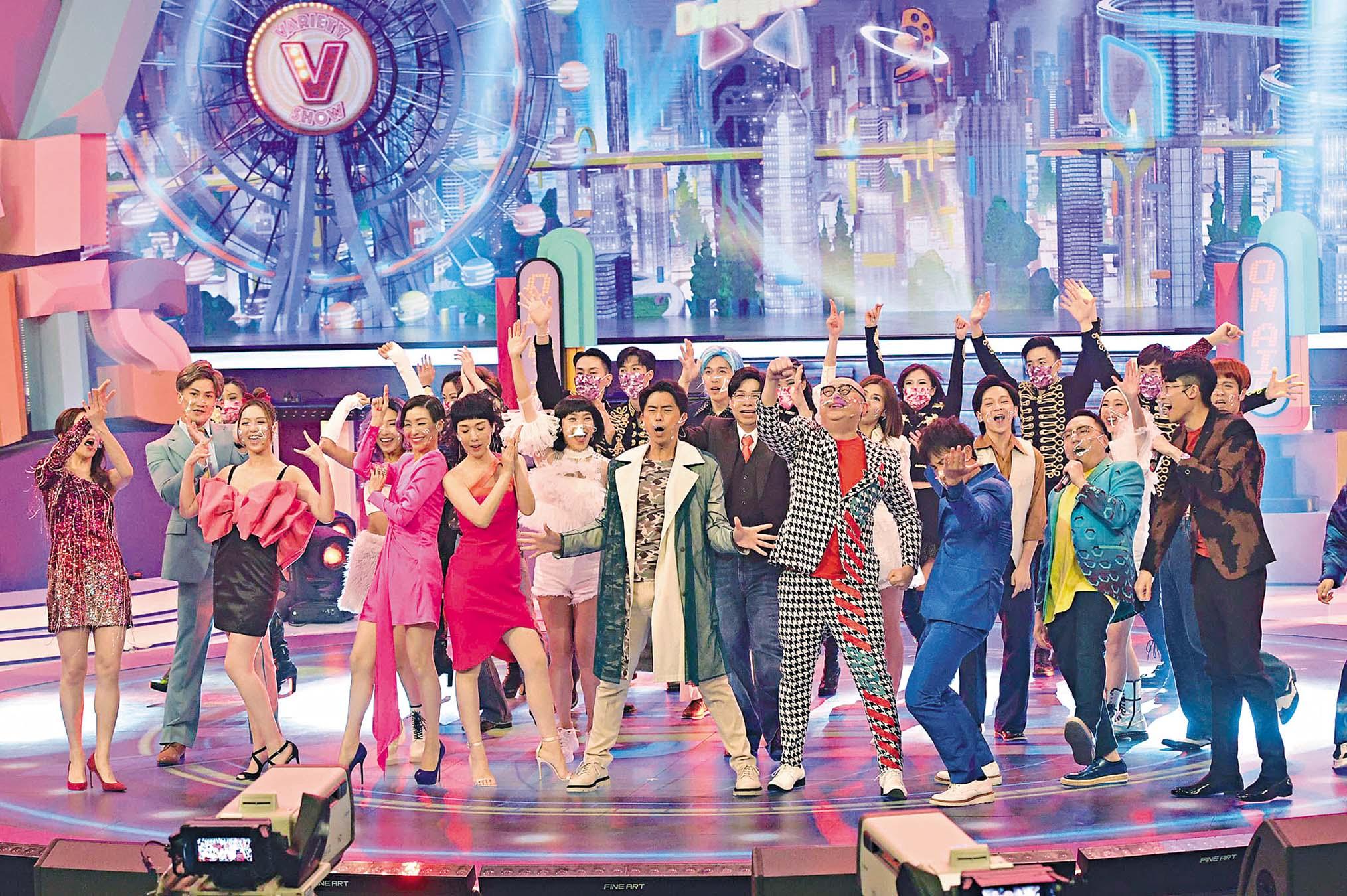 《開心大綜藝》是志偉回無綫後打 造的其中一個重要節目,首集邀請大 班藝人熱鬧開場。