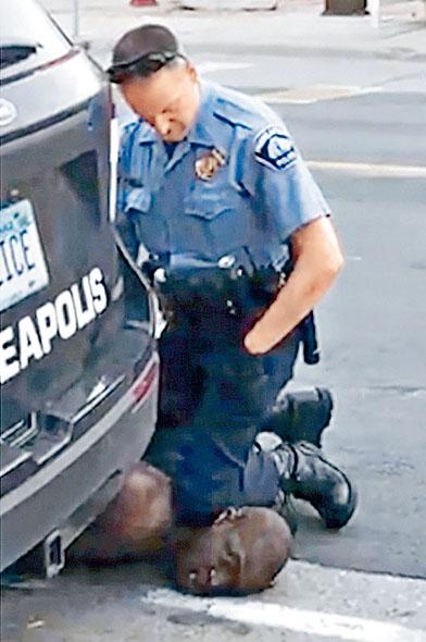 佛洛伊德去年5月遭白人警察肖萬用膝蓋壓頸。 資料圖片