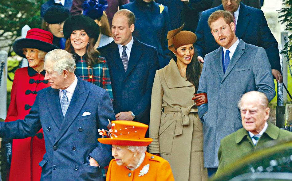 女王與菲臘夫婦、王儲查理斯(左)夫婦、威廉王子夫婦、哈里王子夫婦攝於2017年。資料圖片