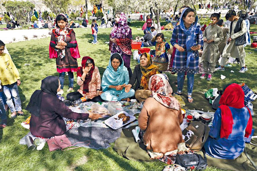 美軍撤出阿富汗恐危及女權。圖為喀布爾民眾在公園用餐。美聯社