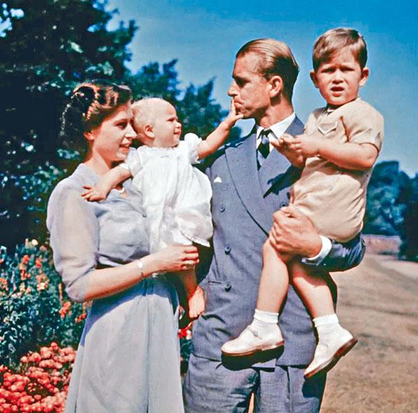 菲臘親王與伊利沙伯女王1951年抱著子女查理斯和安妮公主。網上圖片