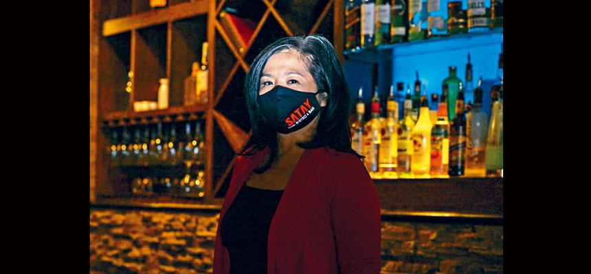 紐約聯儲銀行和樂齡會(AARP)調查發現,45歲以上人士擁有的小企業在疫情中遭到更大的打擊,而亞裔擁有的這類企業更是所有族裔中情況最嚴重的。圖為亞裔Miss Low擁有的餐廳。路透社