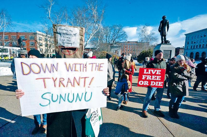 在新罕布什爾,州議會已禁止州長蘇努努無限期延長緊急令。圖為較早前巿民在州議會大廈外面抗議。美聯社資料圖片