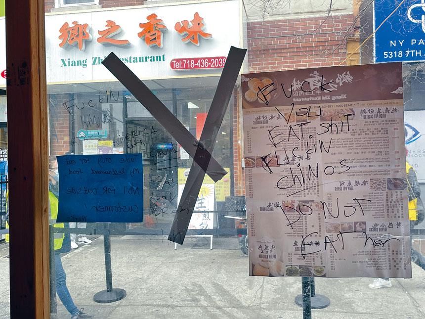 極端仇恨華裔的塗鴉出現在餐館的室外用餐區內。