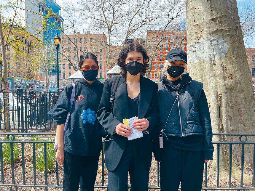 瓊斯健二和友人們於10日下午在華埠派發免費胡椒噴霧。