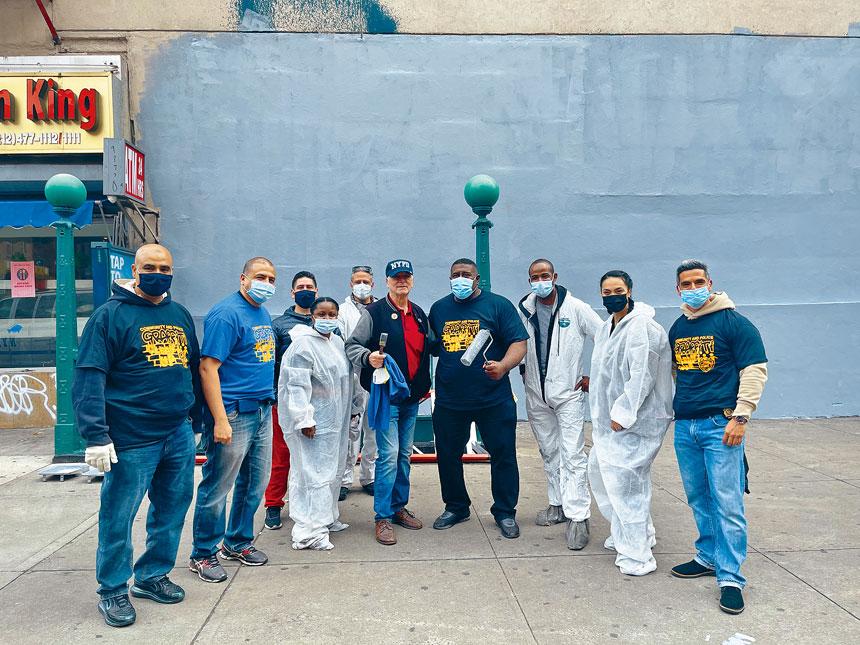 市警社區事務局局長麥德雷探訪7分局塗鴉清理現場,與負責人們合影。