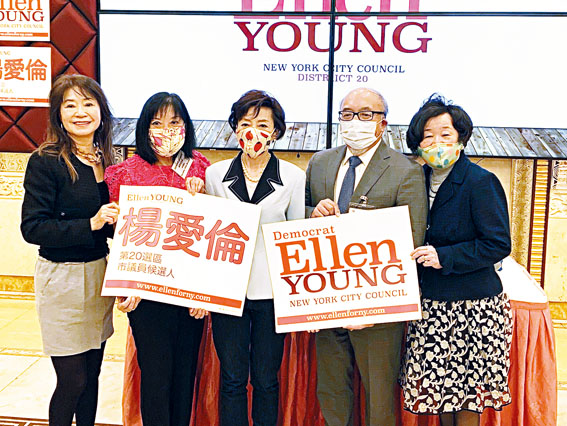 退休的資深法官伍元天(右二),陳翠芳(左二)支持楊愛倫(中)競選法拉盛20選區市議員,右一是王張令瑜,左一為謝嘉燕。