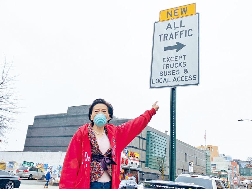 在巴克萊大道(Barclay Ave)夾凱辛娜大道的新路標下,楊愛倫憤怒批評緬街巴士專線的新交規給民眾帶來不便。