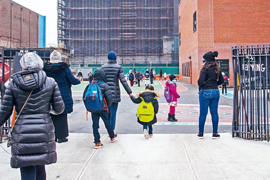 學區在放寬限制措施前,必須徵集家長、校方及衛生官員的意見。Andrew Seng/紐約時報