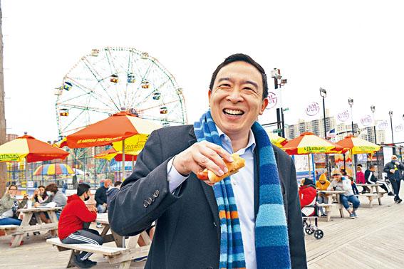 楊安澤目前是民主黨市長初選的領先者。James Estrin/紐約時報