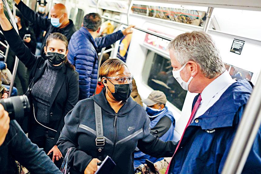 白思豪(右)認為,地鐵警力已經足夠。市長辦公室圖片