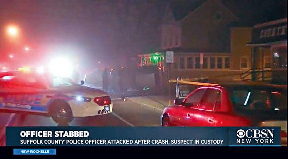 男子從翻側汽車獲救後,揮刀刺傷警員。CBS新聞截圖