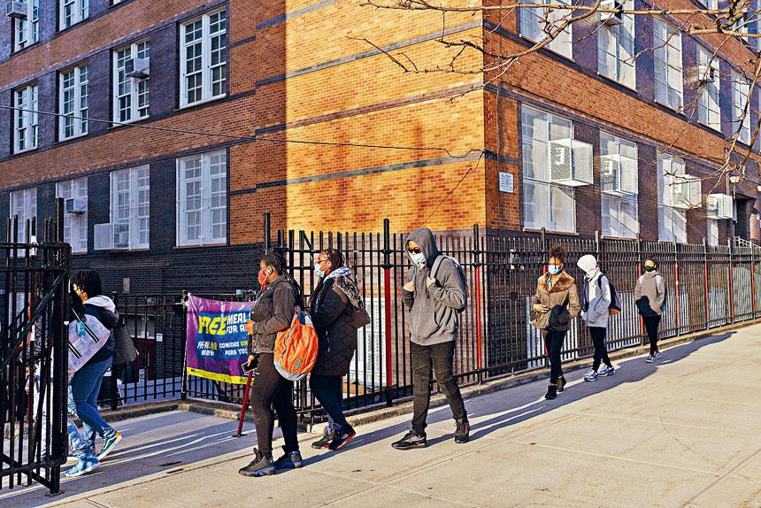 家長要求市府盡快安排學生全面復課。Anna Watts/紐約時報