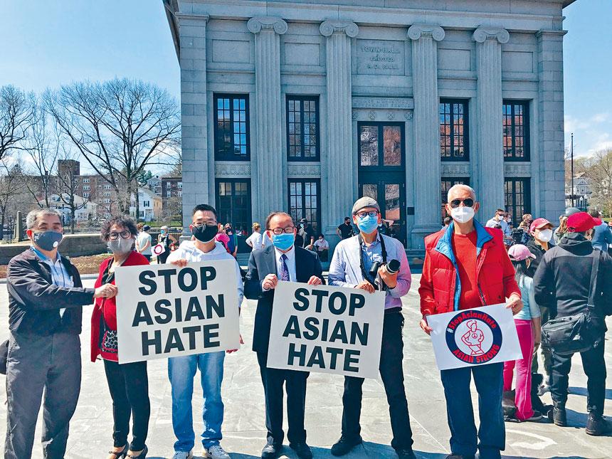 4月10日,在昆西市政廣場的舉辦的大型反對仇恨亞裔集會上參加活動的居民。溫友平攝
