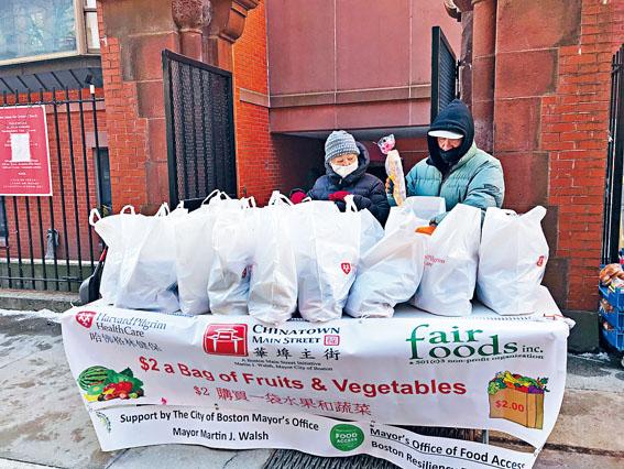 華埠主街等相關組織機搆在疫情中為華埠社區居民提供食物。溫友平攝