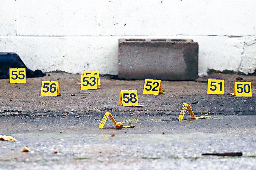 槍擊案件發生後,盡是觸目驚心的場景,槍彈頭處處可見。芝市警局網站