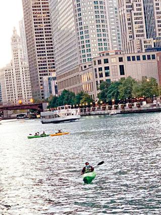 在芝加哥河逍遙自在的划艇,是疫情期間最安全的運動。梁敏育攝