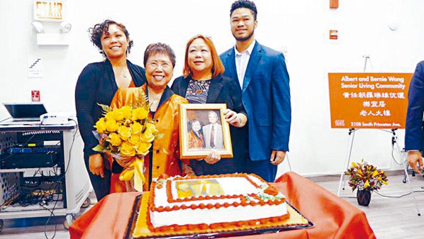黃羅瑞雄(前左)在2019年10月與女兒、兩個孫兒陪同下,接受華諮處屬下樂宜居老人大廈向黃任朝、黃羅瑞雄伉儷致敬命名儀式。本報檔案照/記者梁敏育攝
