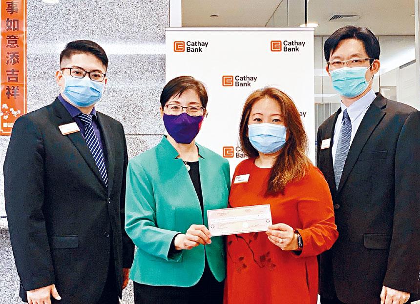 CCACC副會長張麗芳女士(左二)接受國泰銀行基金會支票捐贈。