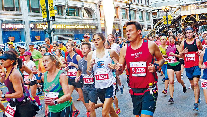 芝加哥馬拉松大賽被譽為全球六大比賽之一,每年吸引全球各地的選手參與。圖為選手經過市中心州街。本報檔案照/梁敏育攝