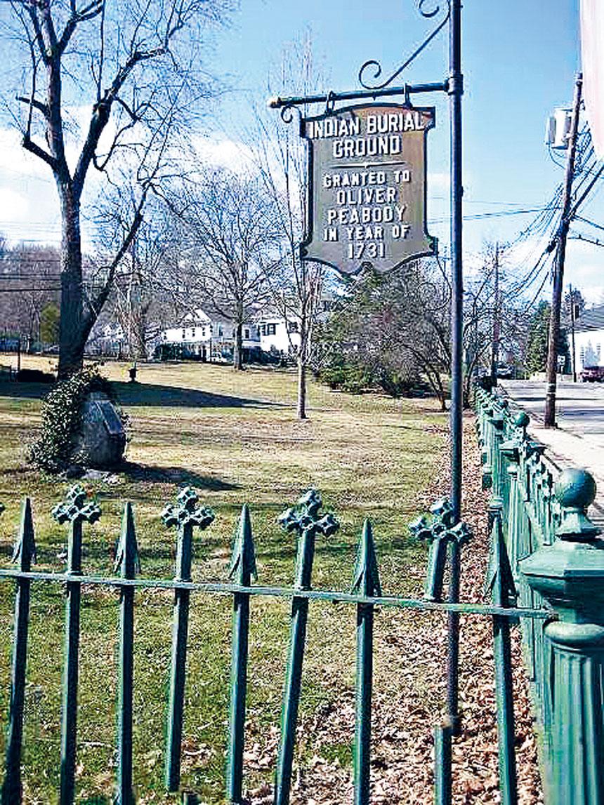 位於Wellesley鎮一間小型博物館門外柵欄上間隔裝飾著土著人的箭和西方十字架,它們代表著土著人民和西方人之間的友誼。受訪者供圖