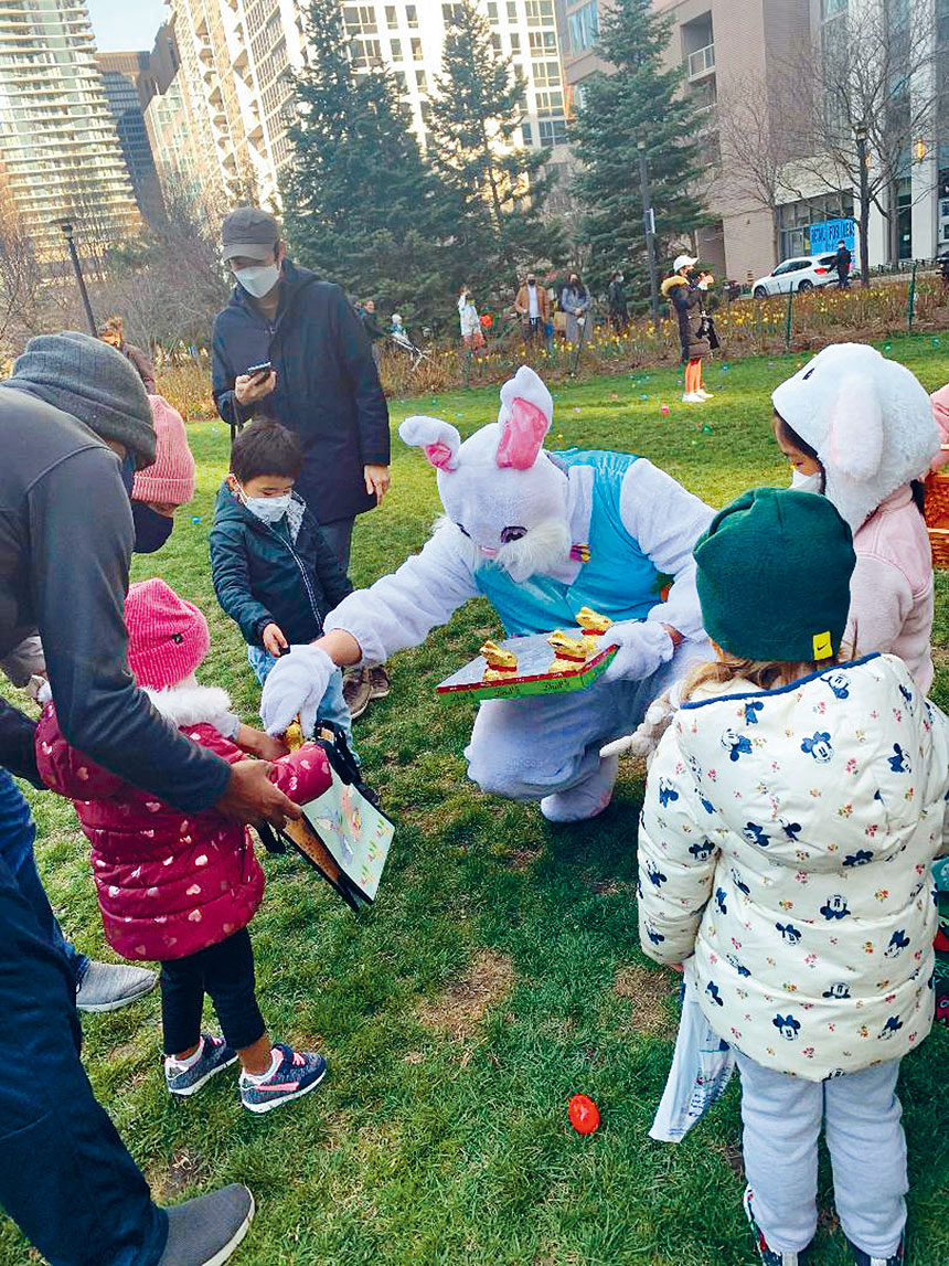 復活節兔子是吉祥物也是小朋友的最愛,在撿彩蛋活動中與小朋友互動游戲。梁敏育攝