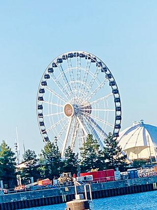 海軍碼頭的摩天輪, 讓游客可以一覽無遺的欣賞壯麗的芝加哥天際線景色。梁敏育攝