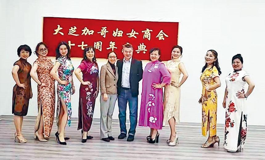 芝加哥華人婦女商會十七周年慶典時裝秀彩排活動。中為聯豐集團董事長倪舉凌伉儷。芝華婦女會提供