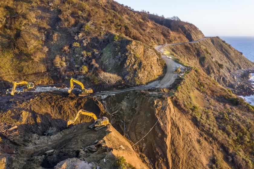 加州一號公路大蘇爾坍塌路段維修進度超前,4月30日重新開放。洛杉磯時報