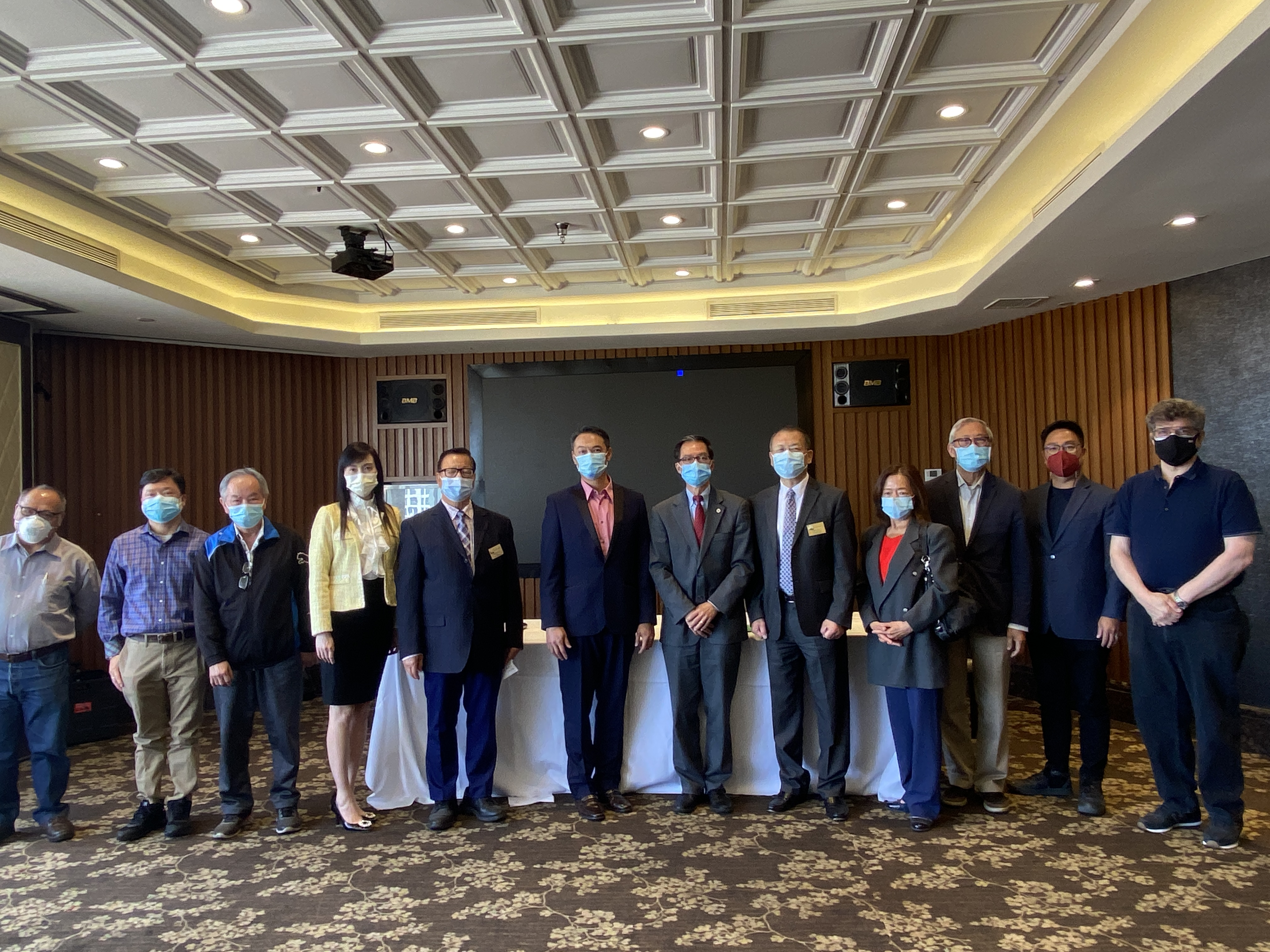加州眾議員周本立(左七)與社區民選官員及商家代表合影。記者隋懿軒攝