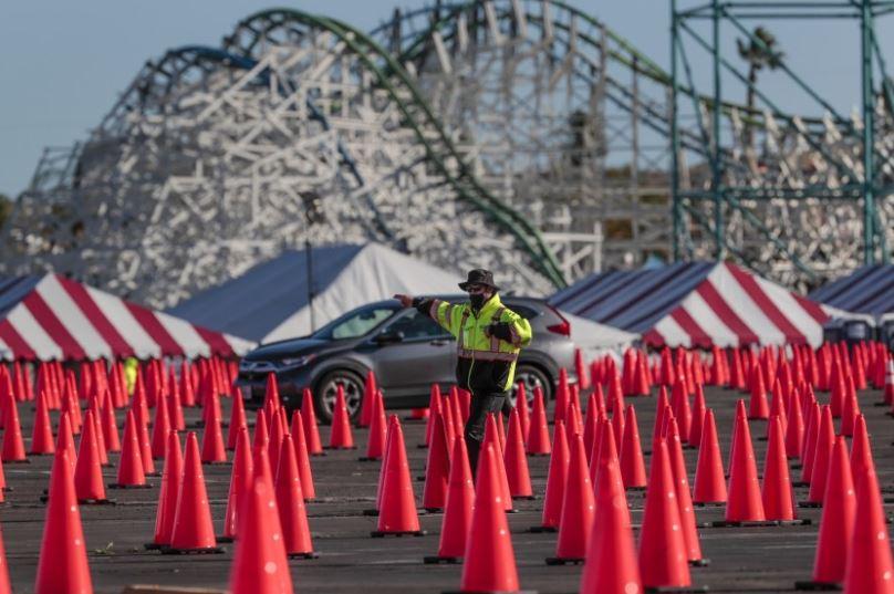 六旗魔術山樂園大型疫苗站將於週日起正式關閉。洛杉磯時報