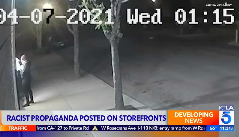 種族主義者半夜在長堤市商家門口張貼白人至上主義傳單。KTLA