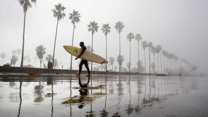 洛杉磯地區氣溫這兩天較低,下起毛毛細雨,預計本周末南加州變回陽光普照。洛杉磯時報
