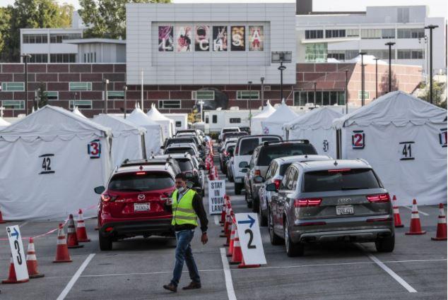 民眾駕車前往洛杉磯州大疫苗站點排隊等候接種疫苗。洛杉磯時報