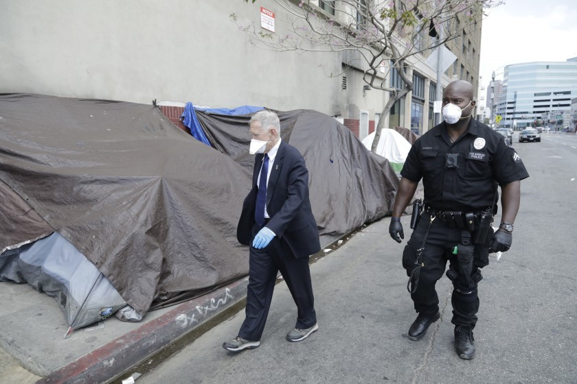 聯邦法官卡特(左)於去年4月親自前往洛杉磯遊民聚集地Skid Row探訪。洛杉磯時報