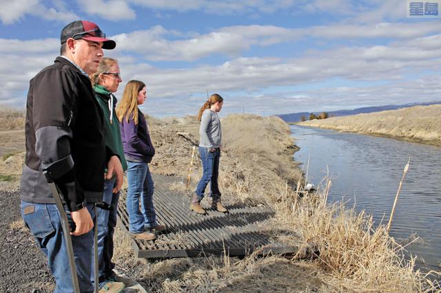 美西乾旱情況持續,對加州和俄勒岡州邊界農民供水造成緊張。圖為克拉馬夫用水戶協會主席杜瓦爾及家人於2020年3月察看克拉馬夫河。美聯社資料圖片