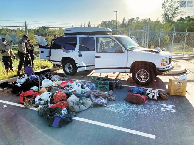 疑犯車內塞滿背包、袋子和紙盒。縣警局