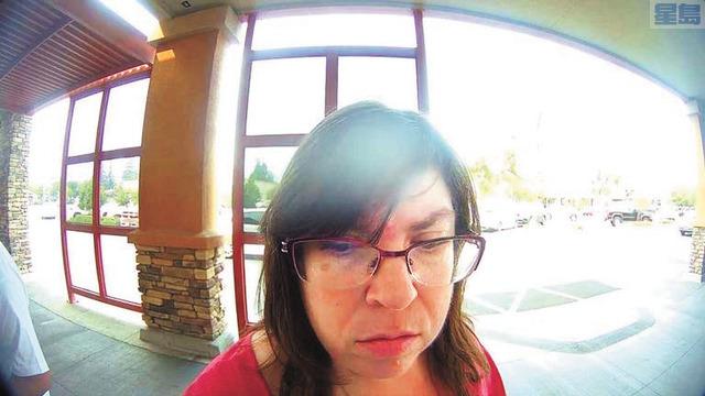 前EDD僱員格維絲在銀行ATM領取失業金。聯邦檢察官辦公室