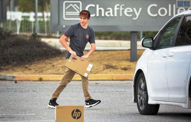Chaffey College疫情期間多數課程轉為線上教學,校方出借約五千台筆記型電腦。洛杉磯時報