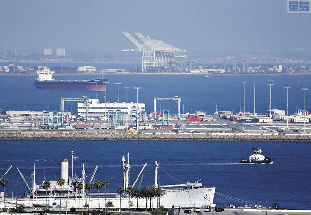 貨船因為港口人力不足而卡關洛杉磯以及長堤港。洛杉磯時報
