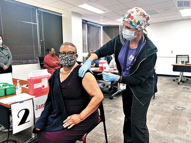 聖地牙哥衛生局長伍藤接種新冠疫苗。聖地牙哥縣府新聞室