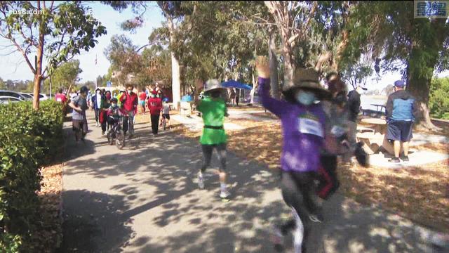 許多華裔跑者攜家帶眷參加「Stop Asian Hate 500 Miles Challenge」活動,喚起大眾關注反亞裔仇恨犯罪議題。CBS 8