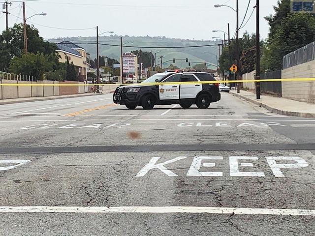 命案發生後羅蘭崗的富樂頓大道近Colima大道路段,警方清晨起大陣仗封路調查,行經車輛必須改道擠在附近住宅區小道內寸步難行,直至下午才解封。本報記者攝