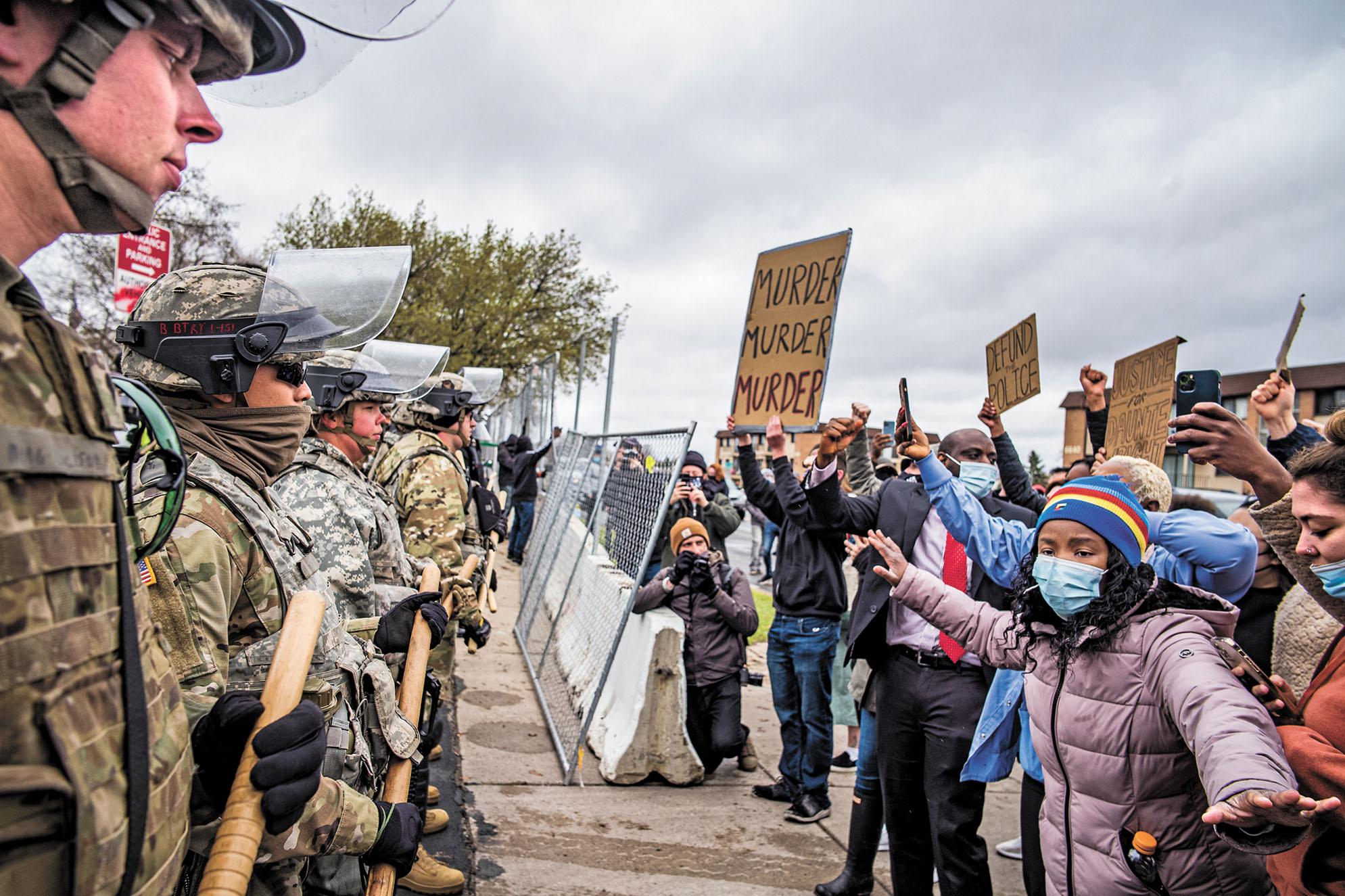 明尼蘇達州11日發生警察開槍打死非裔事件,引發民眾12日上街抗議。美聯社