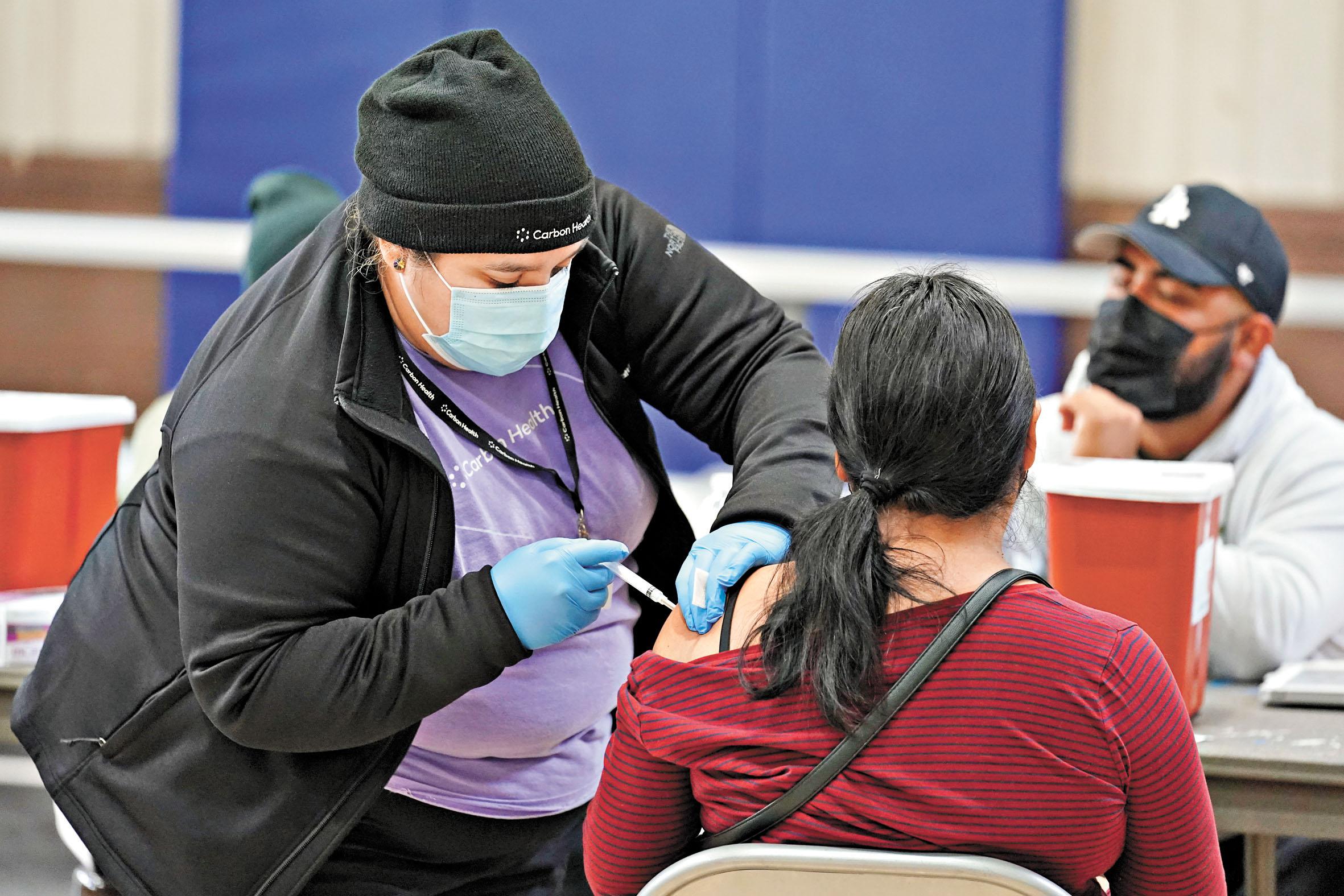加利福尼亞州暫停使用強生公司的疫苗,圖為當地時間4月13日,民眾在注射輝瑞疫苗。 美聯社