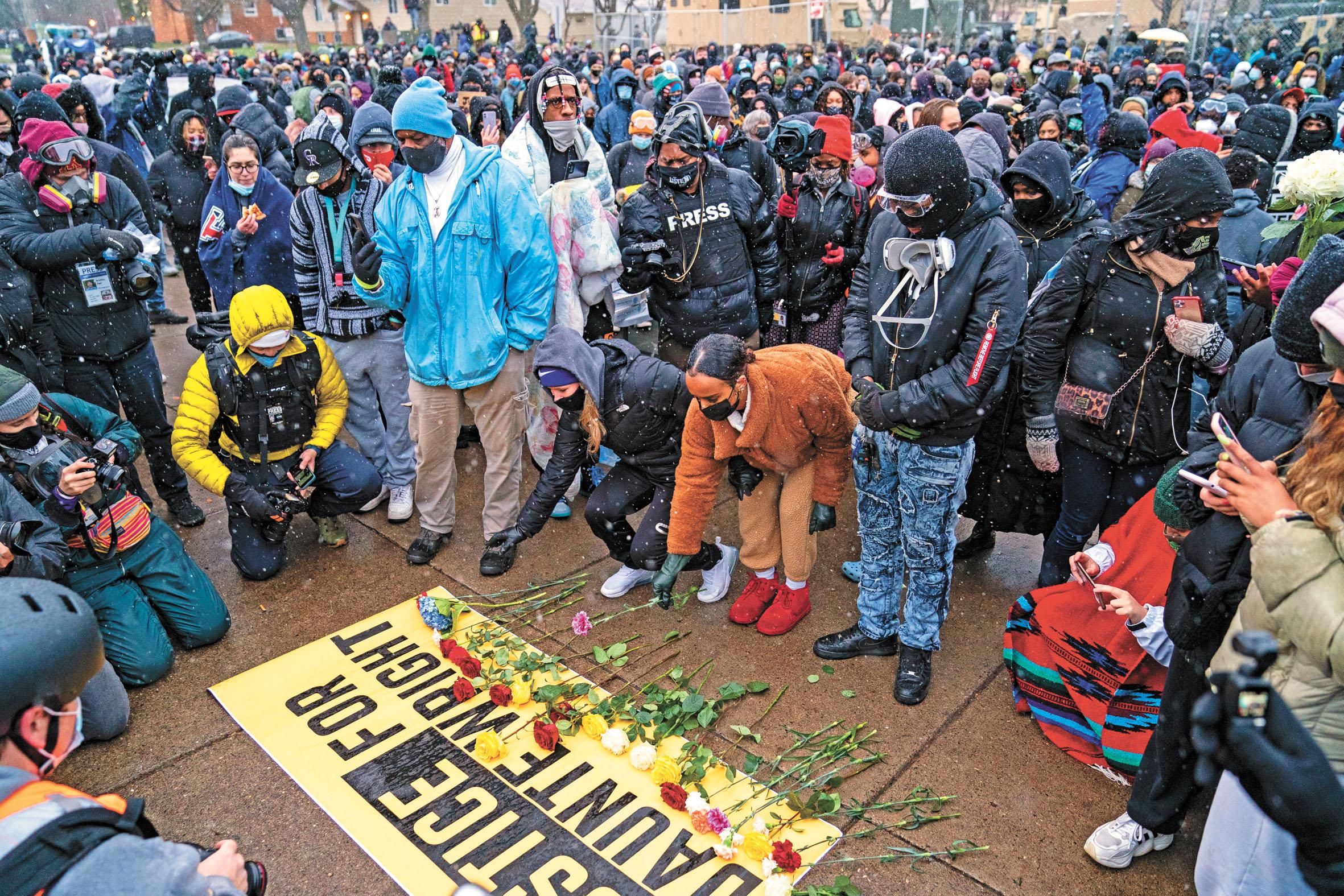 示威者聚集在明尼蘇達州布魯克林中心警察局外面,地面放滿鮮花,抗議非裔男子懷特被警官波特(小圖)槍殺。美聯社