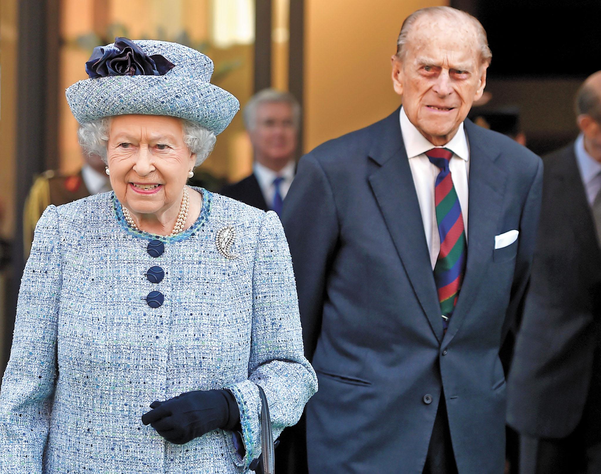 菲臘親王(右)數十年來一直陪伴英女王身邊。路透社