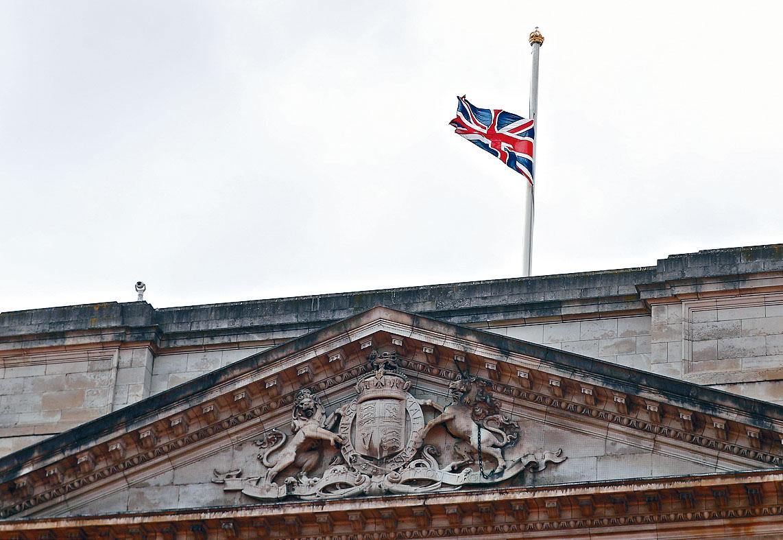 白金漢宮下半旗致哀。路透社