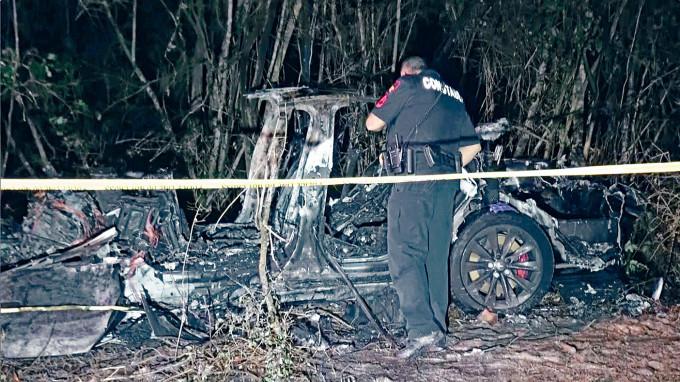 特斯拉汽車撞樹後嚴重焚毀。