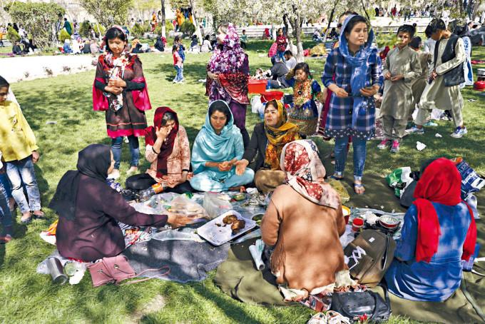 美軍撤出阿富汗恐危及女權。圖為喀布爾民眾在公園用餐。